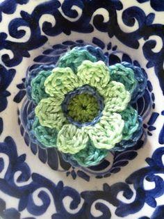 blue-green crochet flower 1