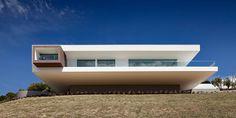 Heute haben wir euch ein waschechtes Traumhaus mitgebracht: Die Villa Escarpa von Mário Martins hat alles, was ein modernes Traumhaus ausmacht.