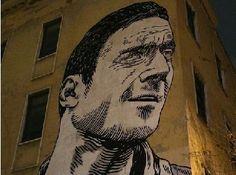 Roma, mega murales di Totti su una scuola a S. Giovanni