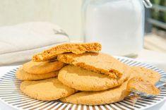 Jordnötssmörskakor är otroligt snabba och enkla kakor med jordnötssmör att baka. Det enda du behöver är jordnötssmör, socker, ett ägg och lite vaniljessens Snack Recipes, Snacks, Fika, Peanut Butter Cookies, No Bake Desserts, Lchf, Biscotti, Apple Pie, Cornbread