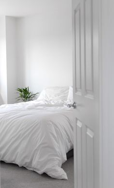 MINIMAL HOME TOUR WHITE BEDROOM