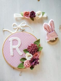 Conjunto baby flowers | Pimienta y Purpurina Fabric Combinations, Tv Wall Hanging, Cotton Canvas, Glitter, Color Coordination, Initials, Head Bands
