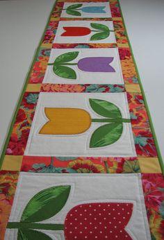 Corredor de la tabla acolchadaapliques tulipanes por VillageQuilts