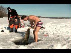 Самая экстремальная рыбалка./ Ловля щуки из подо льда руками.