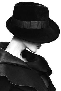 Window to the World of Fashion - Fuente Image Fashion, Look Fashion, World Of Fashion, Fashion Models, Black White Photos, Black N White, White Photography, Portrait Photography, Monochrome Photography