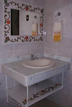 Espelhbañi eso e bancada de lavabo Mosaic Bathroom, Mirror Mosaic, Mosaic Glass, Mosaic Art Projects, Mosaic Crafts, Tv Unit Furniture Design, Home Decor Furniture, Mosaic Designs, Mosaic Patterns