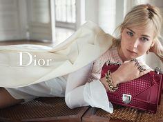 Jennifer Lawrence dévoile le dernier-né de la maison Dior : le sac Diorever. – Chic & Blue