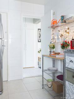 Prateleira e carrinho aramado e pisca pisca de feltro. Home Decor Kitchen, Kitchen Interior, Home Kitchens, My Ideal Home, Casa Real, New Homes, Sweet Home, Room Decor, Interior Design
