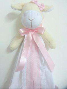 Confeccionada em tecido e bordado inglês de algodão. Cabeça e braços da ovelha com enchimento de fibra antialérgica. Ótimo para organizar as fraldinhas do seu bebê. R$ 80,00