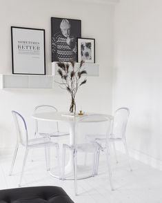 Runt bord, round table, sweef, plaststolar, white, modern, furniture, interior, inredning, påskris, påsk, svartvitt, black and white