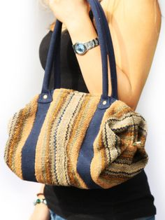 Schöne bunte #Handtasche gewebt aus #Schurwolle mit einem feinen grauen Stoff im Inneren. Herkunft: #Lima, Peru.