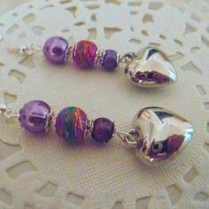 Boucles d'oreilles petit coeur couleur argent brillant et perles violettes