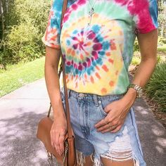 Toda loja que entro tem pelo menos um peça tie-dye 💕 Every store I walk into there's at least one tie-dye piece Tye Dye, Moda Tie Dye, Cute Tie Dye Shirts, Galaxy Outfit, Tie Dye Crafts, Tie Dye Fashion, Tie Dye Outfits, How To Tie Dye, Tie Dye Patterns