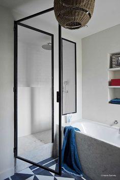 Badkamerinspiratie! Badkamer in art deco stijl met bad en ...