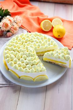 For the decoration, whip up 250 ml of already sweetened cream and add a few drops of yellow food coloring. We fill a pastry bag and start decorating. We make many small tufts on the surface. Slice a lemon and arrange the slices along the edge of the cake. Baking Recipes, Cookie Recipes, Dessert Recipes, Torte Cake, Yummy Food, Tasty, Pie Dessert, Macaron, Just Desserts