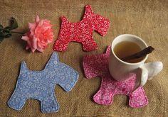 Mug Rug Cachorrinho 17x17 cm    Informe as cores desejadas para receber os padrões disponíveis para produção