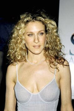 Famous Actress Sarah Jessica Parker As Carrie From Sex And The City 1&2 Movies Show Wearing Her Blonde-Before-Ombre-Was-Cool Rooted Curly Hairdo.