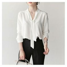 Moda Femenina Verano 2019 Blusas Ideas For 2019 Chiffon Shirt, Chiffon Tops, White Chiffon, Chiffon Blouses, Women's Blouses, Tie Neck Blouse, Summer Shirts, White Fashion, Blouse Designs
