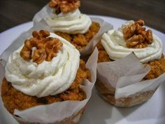 Carrot muffins with quark top Carrot Muffins, Muffin Bread, Cheesecake Cupcakes, Healthy Treats, Granola, Carrots, Healthy Lifestyle, Food And Drink, Sweets