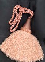 FLECO: Borlas o cordoncillos colgantes que sirven de adorno a muebles, cortinas o prendas.