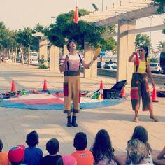 Tots els dimarts, dijous i dissabtes a les 19h espectacle #infantil #aRoses! ~ Todos los martes, jueves y sábados a las 19h espectáculo infantil ~ Tous les mardi, jeudi et samedi à 19heures spectacle infantil ~ #visitroses #descobreixcatalunya #catalunyaexperience #incostabrava #familiar #circ
