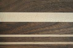 detail van het Amerikaans walnoot en esdoorn plankje