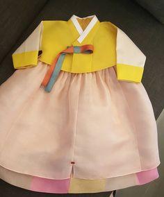 심하게 곱고 예쁘다 . #내스탈 #심쿵 #심플전통한복 . . @shinywave_hanbok . #전통돌상#전통돌잔치#전통한복#아기한복 Korean Hanbok, Korean Dress, Korean Outfits, Korean Traditional Dress, Traditional Dresses, Cheongsam, Hanfu, Cute Dresses, Short Dresses