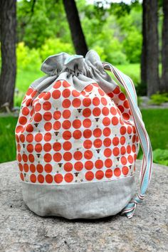 "@ ocd: obsessive crafting disorder: ""sheep happens"" bag: a tutorial & free pattern for round-bottomed drawstring bag, perfect as a sock knitting project bag Drawstring Bag Diy, Drawstring Bag Pattern, Drawstring Bag Tutorials, Ideias Diy, Pouch Tutorial, Bag Patterns To Sew, Knitted Bags, Pouch Bag, Small Bags"