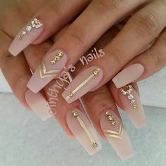 Opting for bright colours or intricate nail art isn't a must anymore. This year, nude nail designs are becoming a trend. Here are some nude nail designs. Cute Nail Designs, Acrylic Nail Designs, Coffin Nail Designs, Tribal Nail Designs, Gold Nail Designs, Matte Nails, Stiletto Nails, Matte Gold, Gold Coffin Nails