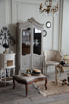 12 Living Room Curtain Ideas to Instantly Upgrade your Interior - The Trending House White Furniture, Shabby Chic Furniture, Antique Furniture, French Furniture, French Interior, French Decor, Interior Design, Antique Interior, Shabby Chic Antiques