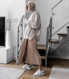 Big sweater + half skirt is the most fashionable way to open in early spring - JimIamy - Fall Outfits Trendy Fall Outfits, Fresh Outfits, Casual Outfits, Modest Fashion, Hijab Fashion, Fashion Outfits, Swag Fashion, Muslim Fashion, 80s Fashion