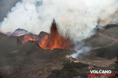Tall lava fountain and lava flow from Baugur vent. (Photo: Tom Pfeiffer)