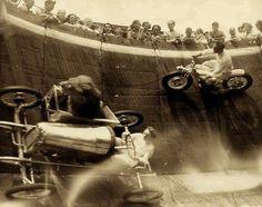 マサチューセッツ州リヴィアビーチでのサーカスのアトラクションで、壁を走るゴーカートのサイドカーに乗るライオン(1929年頃)