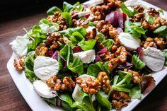 En spennende, og kjempeenkel, salat! Rødbeter, chevre og karamelliserte valnøtter er alt du trenger. Fish And Meat, Greens Recipe, Some Recipe, Beets, Cobb Salad, Tapas, Veggies, Vegan, Dinner