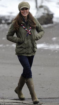 Suitable attire: Five months pregnant Kate wore a khaki jacket with her trusty Le Chameau wellington boots and favourite blue Zara jeans. Very nice Jaket i love her style. Kate Middleton Jeans, Kate Middleton Zapatos, Style Kate Middleton, Kate Middleton Pregnant, Middleton Family, Pippa Middleton, Five Months Pregnant, Duchesse Kate, Green Rain Boots