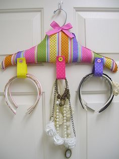 Colgador para diademas, etc/ handmade headbands, etc organizer. Recycled craft. Tutorial here https://www.facebook.com/media/set/?set=a.262991623714168.83723.194463230567008=3