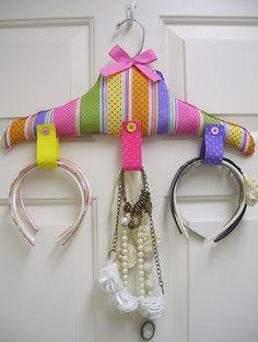 Colgador para diademas, etc/ handmade headbands, etc organizer. Recycled craft. Tutorial here https://www.facebook.com/media/set/?set=a.262991623714168.83723.194463230567008=3