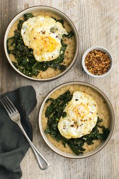 A twist on the classic oatmeal breakfast, this savory oatmeal is topped with kale cooked in garlic and topped with a fried egg. // @NautrallyElla