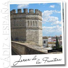 El Casco Antiguo de Jerez de la Fronteraestá declarado conjunto histórico-artístico, hay que verlo y el Alcázar me encantó, de los siglos XII-XVIII... y luego disfrutas de alguno de sus famosos vinos en una terracita viendo pasar la gente.
