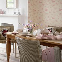 These farmhouse dining room designs add a vintage touch that can make you feel like you stepped into an old country house. See the best ideas for 2018!