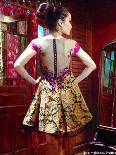 Cinta Laura Pamer Gaun Berkonsep Budaya untuk Acara Oscar 2014 ...