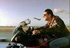 Kawasaki GPZ 900R Ninja – A clássica do filme Top Gun Cena emblemática do filme no momento a moto, acompanha a decolagem da  Mig-28, um caça da marinha americana. Uma excelente demonstração da potência da 900R!