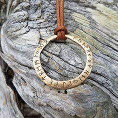 Bronze Amulett mit Elder Futhark Runen. von Titibaka auf Etsy