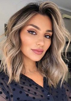 See here most amazing shades of balayage hair colors to show off with medium and shoulder length haircuts. Ladies who wanna sport medium haircut styles they are advised to see here amazing mid length haircuts with balayage highlights. Medium Hair Cuts, Long Hair Cuts, Medium Hair Styles, Short Hair Styles, Thick Medium Hair, Wavey Hair Styles, Short Hair Cuts For Women Bob, Haircuts For Fine Hair, Haircut For Thick Hair