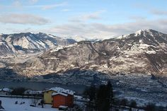 Vista stupenda sul Lago Iseo e le montage.  Lago d'Iseo è più piccolo e meno conosciuto del Lago di Como vicino più, ma decisamente più tranquillo e più affascinante. Il lago confina con il Franciacorta, una regione produttrice di vino di attractieve nel cuore di Lombardia.  http://www.clickcase.it/appartemento-con-vista-meravigliosa-sul-lago-iseo-pisogne-14376.html