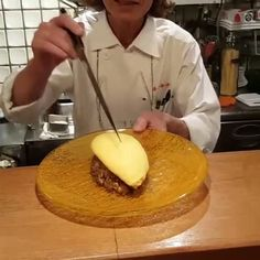 An omurice master at work in Kyoto Wine Recipes, Whole Food Recipes, Dessert Recipes, Omurice Recipe, Cooking Tips, Cooking Recipes, 9gag Food, Diy Food, Food Food