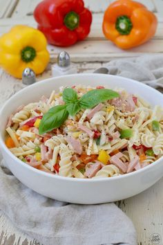 Simple Pasta Salad Recipe - Classic Pasta Salad without mayonnaise, the perfect summer salad. The creamy pasta salad is a delicious accompaniment to the barbecue, but can also be taken to the picnic a Creamy Pasta Salads, Easy Pasta Salad Recipe, Pasta Recipes, Cake Recipes, Barbecue, Pasta Cremosa, Clean Eating Recipes, Healthy Recipes, Cold Pasta