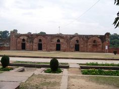 Aam Khas bagh is placed at Fatehgarh Sahib. A complex of palaces and gardens, it was used as a resting place by a succession of Mughal emperors and designed and renovated by many amongst them. The palace, now in ruins, is attributed to Shah Jahan.