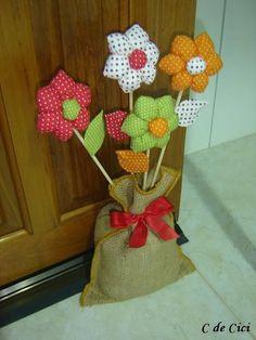 C de Cici: PAP - Peso para Porta: Florzinhas Diy Arts And Crafts, Hobbies And Crafts, Felt Crafts, Fabric Crafts, Sewing Crafts, Sewing Projects, Projects To Try, Diy Crafts, Felt Flowers