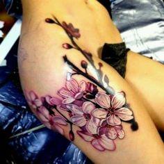 A flor de cerejeira tatuagem na coxa. Bem detalhes e belas flores de cerejeira com tinta sobre a coxa. Muito parecido com os braços, as coisas também dar muito espaço para o cherry blossom do projeto para ser criativamente desenhados. (Foto: Fontes de imagem)